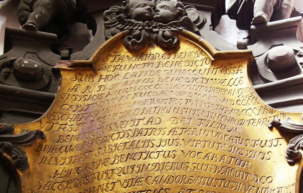 Aschaffenburg: Stiftskirche.  Epitaph für den Stiftsherrn Johann Benedict Welle  (1680-1736)