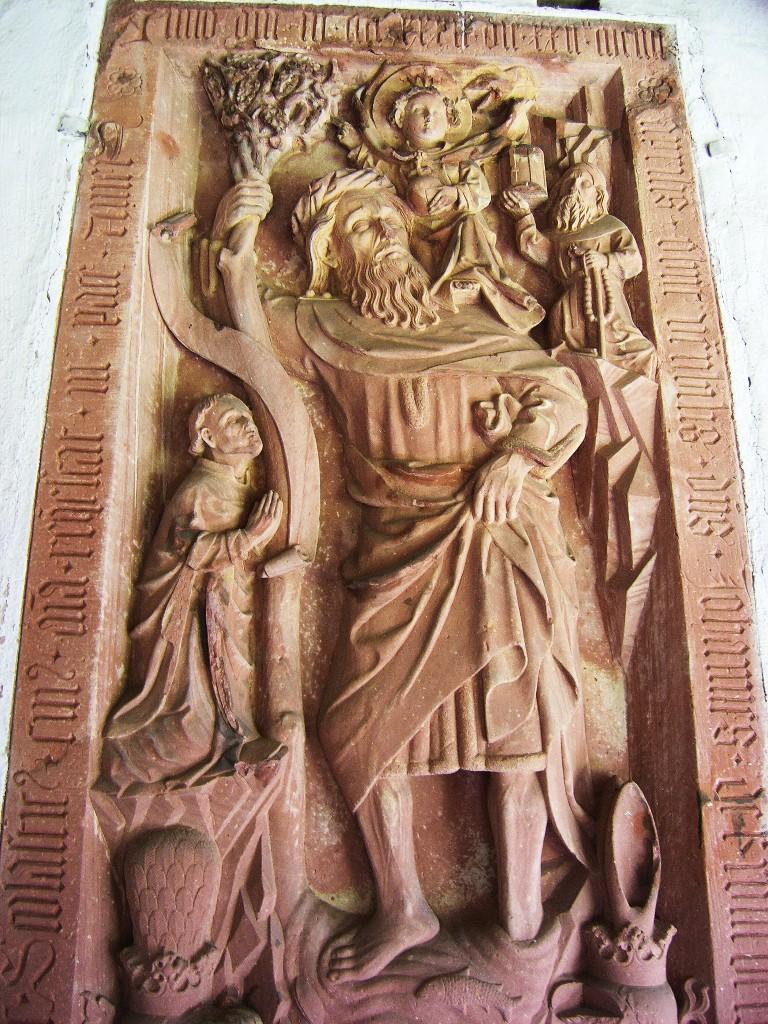 Aschaffenburg: Stiftskirche.  Kreuzgang.  Grabstein mit Darstellung des hl. Christophorus