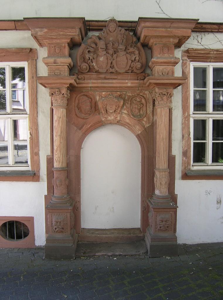 Aschaffenburg: Haus Zum Storchennest.  Portal mit Ehewappen Faust von Stromberg/Hettersdorf
